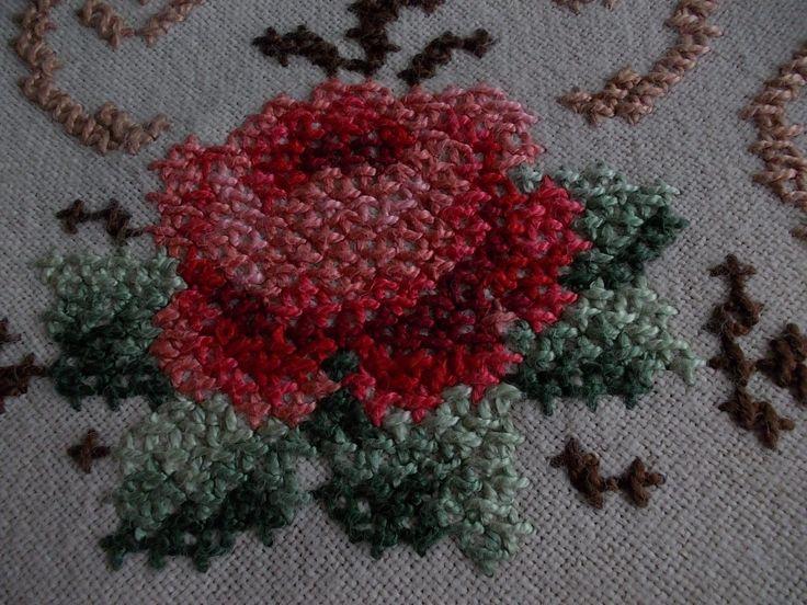 Edle Tischdecke rund 160 cm vom allerfeinsten Rosen --Stickerei