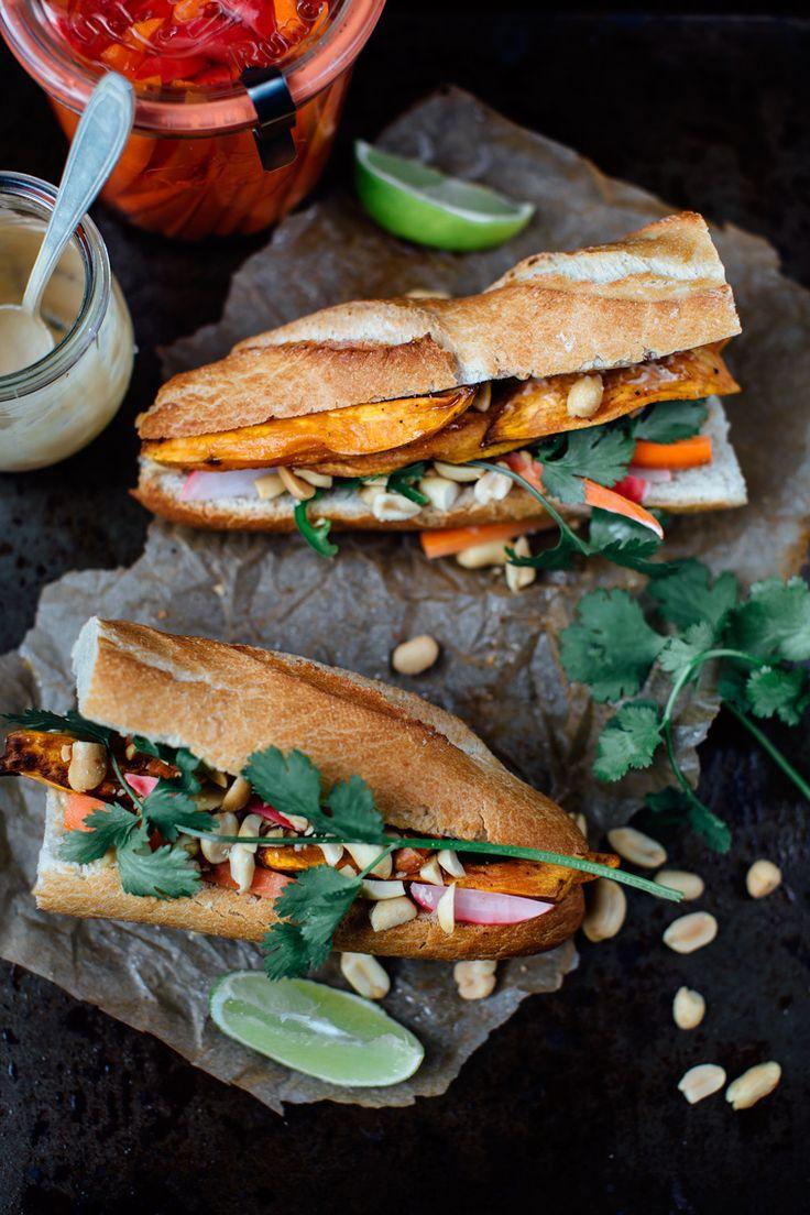 Bánh Mì (sandwich vietnamita) de camotes asados con mayonesa de miso. Se ve delicioso.