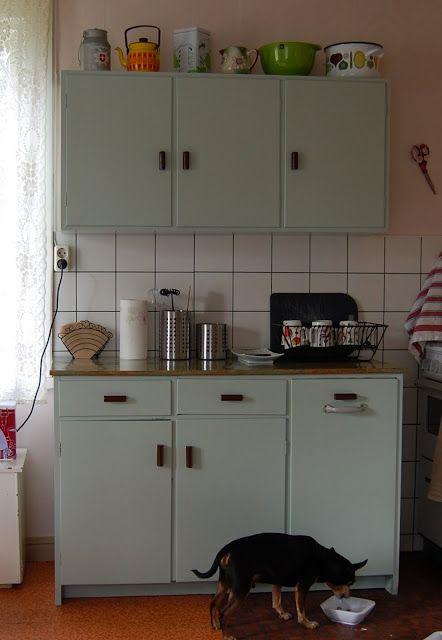 Keittiön kaapit lienevät jostain 50-luvun paikkeilta, kokopuuta ja koivuvaneria ja maalattu muutama kymmenen vuotta sitten. Pohdittiin koko ...
