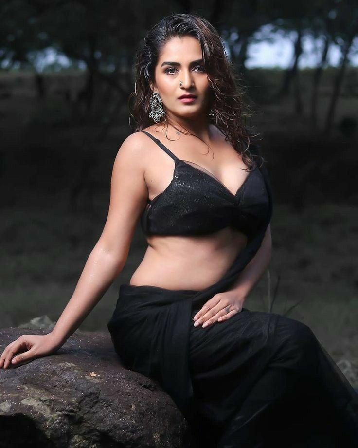 Sexy sharee Malvika Sharma