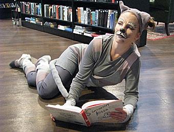 Kirjastokissa Oulunkylän kirjaston 25-vuotisjuhlissa