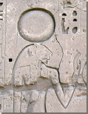 Reliëfvoorstelling van de godin Tefnoet,  Tempel van Karnak, Loeksor. De godin Tefnoet is volgens de scheppingsmythe van Heliopolis, één van de eerste godinnen die ontstond. Haar vader is de scheppergod Atoem. Hij creëerde haar samen met haar broer Sjoe. Samen vormen ze een godenechtpaar. Sjoe is de god van de lucht en Tefnoet is de godin van de vochtigheid. Lees het volledige artikel op Kemet,nl