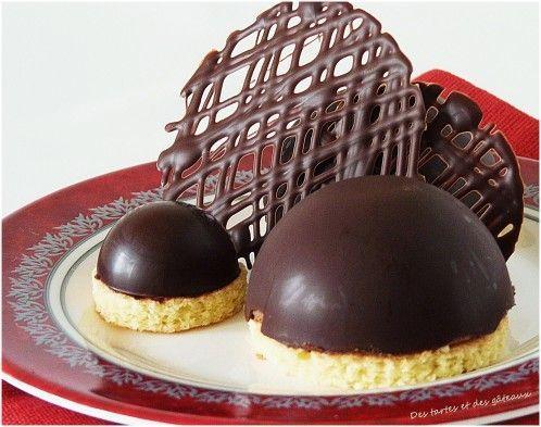Tout simplement une façon originale de présenter une mousse au chocolat. INGREDIENTS ET RECETTE pour six coques de 70 mm de diamètre et douze de 30 mm Moules en silicone 150 gr de chocolat noir TEMPERER LE CHOCOLAT Mettre le chocolat dans un petit cul...
