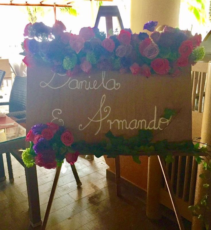 CBS117 weddings riviera Maya easel and board with bride and groom's names and flowers/ letrero con nombre de pareja y flores