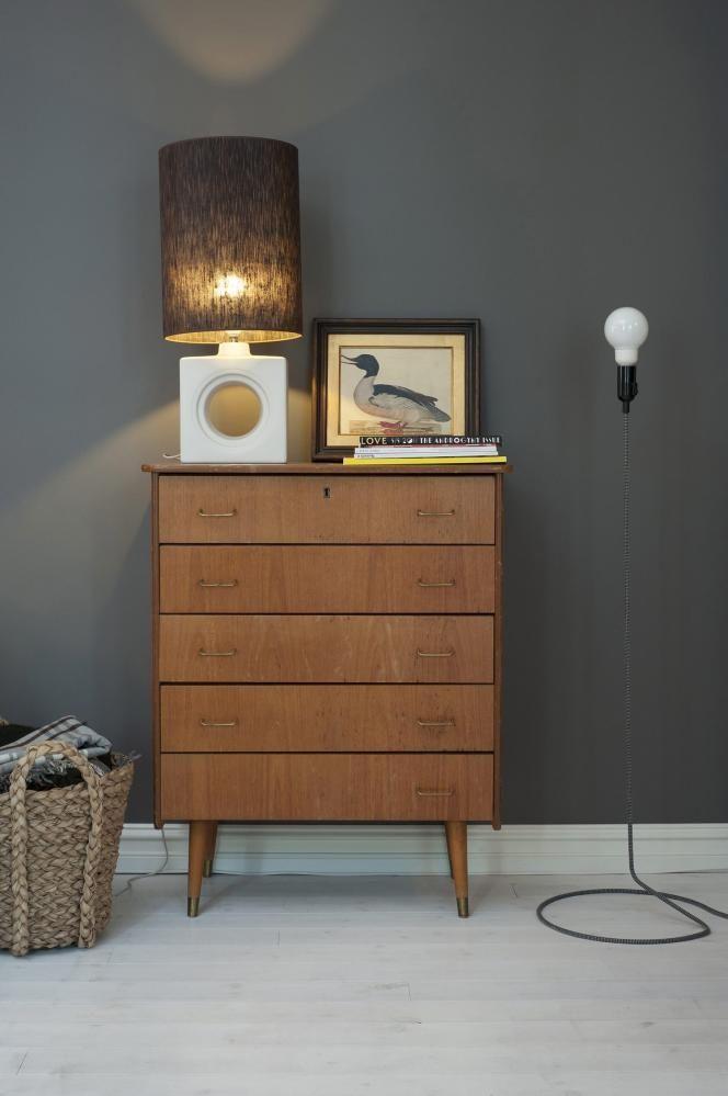 EKLEKTISK: Beboerne etterstreber ikke et bestemt stilregime, men innreder etter hva de liker. Møbelrigget langs den ene langveggen består av ulike elementer som til sammen danner et personlig hele: Langs den ene langveggen står en 60-tallskommode i teak, et fransk vintagebilde av en and og en gulvlampe fra Design House Stockholm. Bordlampen er satt sammen av en sokkel fra Ikea og en skjerm fra Eske.