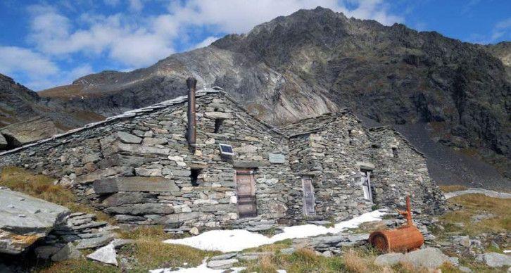 """BIVACCO CRAVETTO - Il bivacco Cravetto è situato nella Valle di Gressoney, nel comune di Issime, a 2422 metri di quota nell'alto Vallone di Stolen non lontano dal Colle Chasten. È un gruppo di tre costruzioni in pietra; l'architrave della costruzione più occidentale riporta l'anno 1871. L'alpeggio, col nome di """"Alpe Chlekch"""", era originariamente adibito a ricovero, stalla, produzione di formaggi e """"crutin""""."""