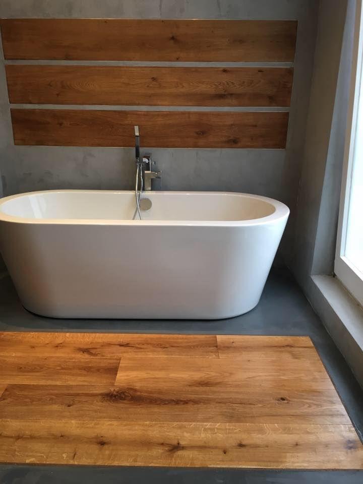 Beton Ciré ist ein französischer Feinputz auf Zementbasis. Das Material bekommt eine robuste Oberfläche in Sichtbeton Optik, die durch die besondere Zusammensetzung auch für Nassbereiche geeignet ist. Die eingelassenen Holzbalken sorgen dabei für einen spannenden Kontrast. #betoncire #holz #badezimmer