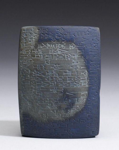 Fondazione Tablet, 1834-1823 aC (antico babilonese; Isin-Larsa) L'enfasi sui materiali sontuosi, come i metalli preziosi e pietre, è una caratteristica comune dei depositi di fondazione.  Questa tavoletta ricorda le dure lazuli di lapis pietra, pregiato ...