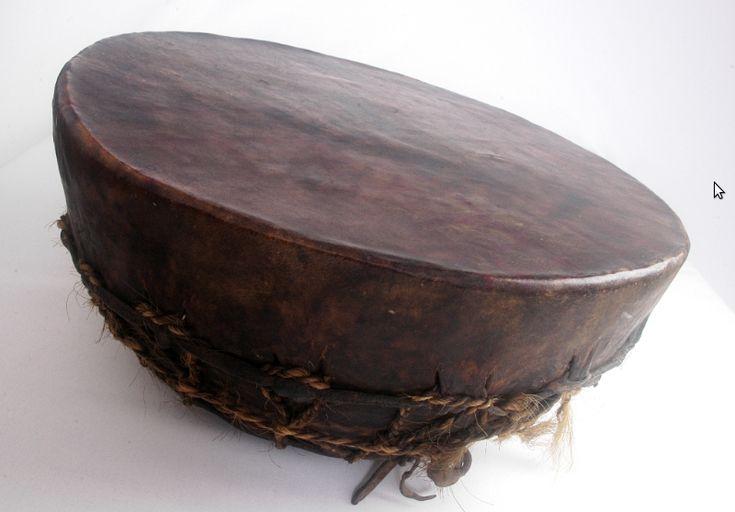 El CULTRÚN o cultrum (< mapudungun kultrung o kultrum) es un instrumento de percusión, membranófono y de golpe directo usado por el pueblo mapuche.[1] Colección del Museo Azzarini. El cultrún es un tambor ceremonial, el instrumento musical más importante de la cultura mapuche, utilizado por el/la machi (chamán, curandero/a, hechicero/a) para los rituales religiosos y culturales, así como durante la rogativa del Ngillatun (rito anual de fertilidad).  Es un membranófono, con membrana atada, de…