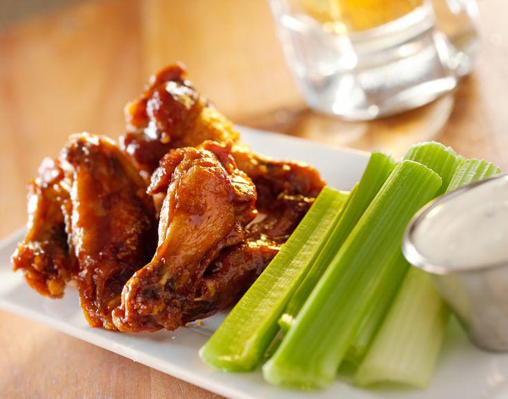 Las alitas bufalo es una receta clásica dentro de la gastronomía americana. Es un platillo perfecto para acompañar cualquier evento deportivo o para ofrecer como botana en una reunión con amigos. ¡Pruébalas!