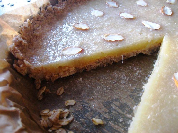 Wegańska tarta cytrynowa z migdałami. Prosta w wykonaniu, bez pieczenia, możliwa również w wersji bezglutenowej. Z potężną dawką witaminy C.