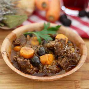 La daube provençale est un plat traditionnel français à base de boeuf longtemps mariné dans du vin rouge avec des herbes et des aromates.
