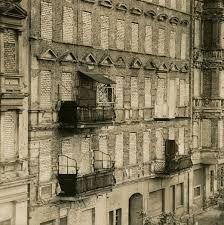 Ost-BERLIN 1962, die zwangsgeräumten und zugemauerten Wohnhäuser an der Bernauer Straße längs der Berliner Mauer, by Thomas Billhardt