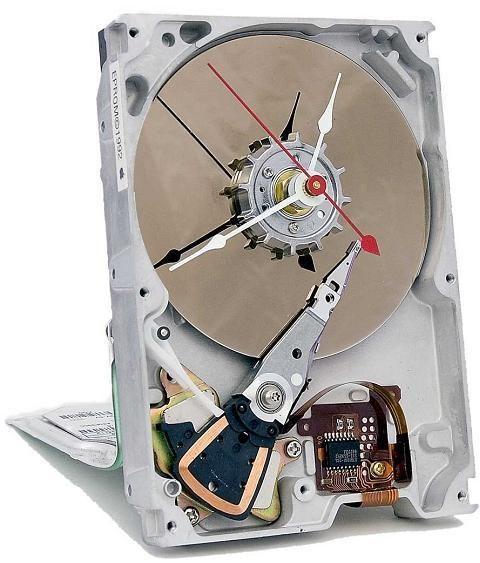 Si vous aimez votre disque dur vous préfèrerez le garder à sa place avec ses données, vous opterez donc pour celui-ci transformé en pendule. Une idée originale qui donne une seconde vie aux disque…