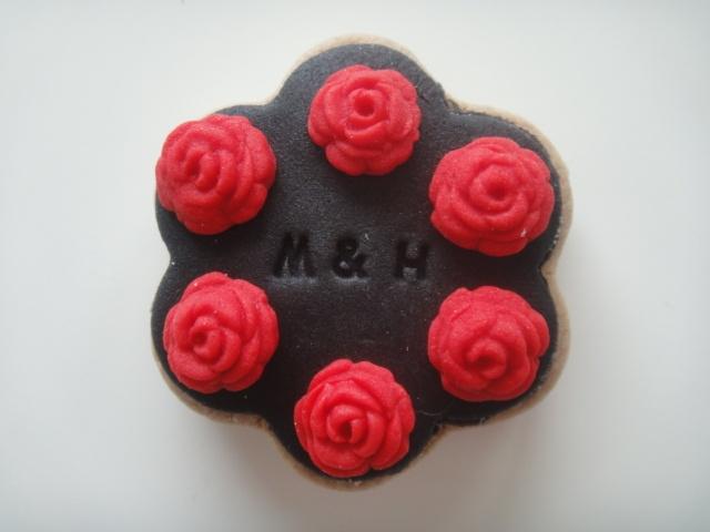 siyah kırmızı nişan kurabiyesi