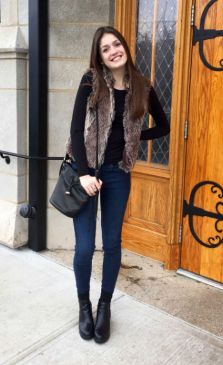 Looks on Campus: Isabella - Franklin & Marshall College. Perfect outfit formula: Chunky ankle booties + fur vest + simple basics.