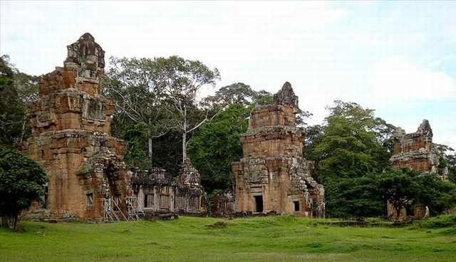 Prasat Suor Prat is a series of 12 towers at Angkor Thom.