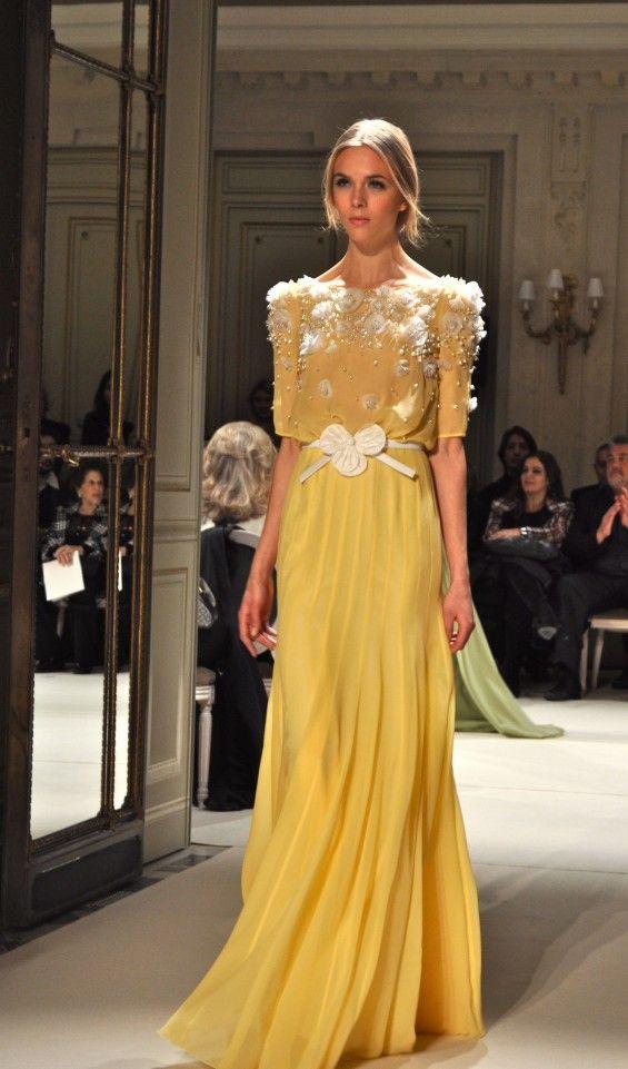Bonito vestido color mostaza.