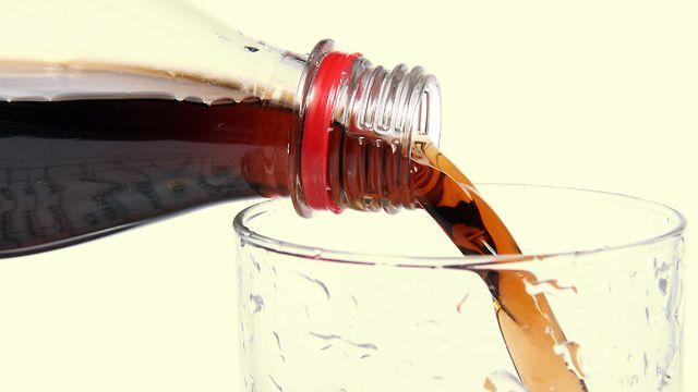Mit Cola gegen Moos, Urinstein, Kalablagerung, Blutflecken, eingetrocknete & eingebrannte Essensreste etc.