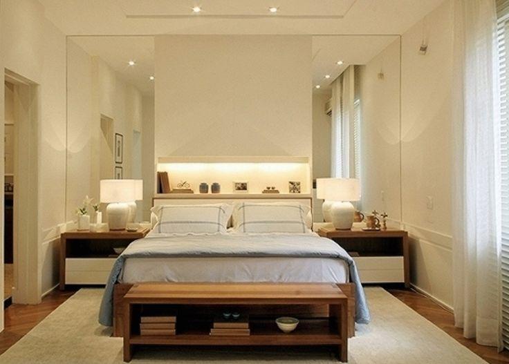 No quarto, os espelhos nas laterais da cama marcam a cabeceira e ampliam o ambiente. Projeto: Dado Castelo Branco.