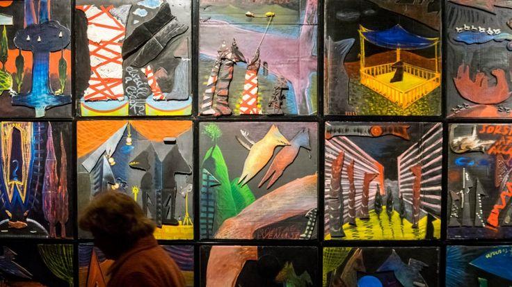 Csaknem 400 művön, festményeken, grafikákon, installációkon, objekteken, személyes tárgyakon keresztül, mintegy 1500 négyzetméteren idézi meg El Kazovszkij életművét és személyiségét a Magyar Nemzeti Galéria (MNG) A túlélő árnyéka címmel csütörtökön megnyílt kiállítása.