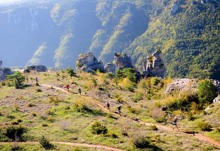 Les falaises du Rajol au dessus des gorges de la Dourbie, l'un des plus beaux passages du Grand Trail des Templiers - Millau - France