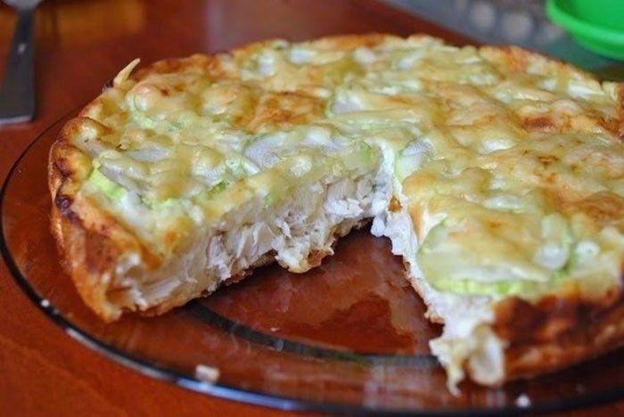 Výborný slaný dort s kuřecím masem, vajíčkem a sýrem s nízkým obsahem tuku. Můžete použít i cuketu, papriku nebo jinou surovinu, která vám chutná.