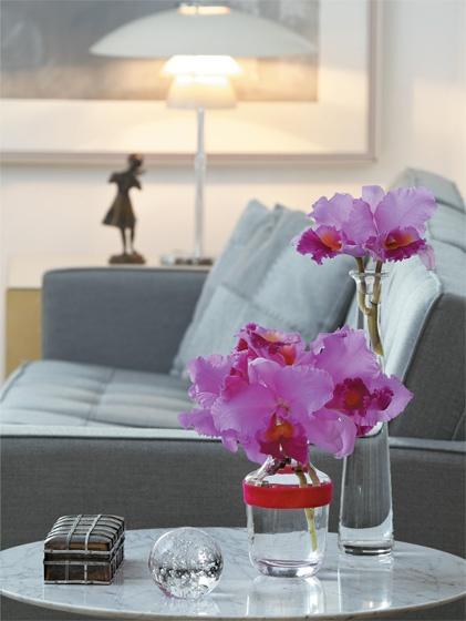 """""""A forma escultural da orquídea catleia dispensa arranjos elaborados"""", afirma o florista Mario de Almeida, autor desta proposta, perfeita para enfeitar mesas laterais e aparadores."""