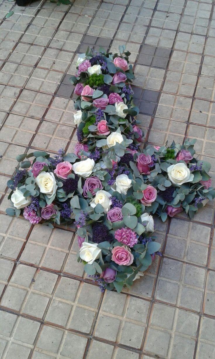 Croix deuil roses et oeillets sur un lit d eucalyptus