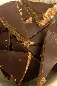 Havregryns/dadeltrekanter med kanel overtrukket med chokolade