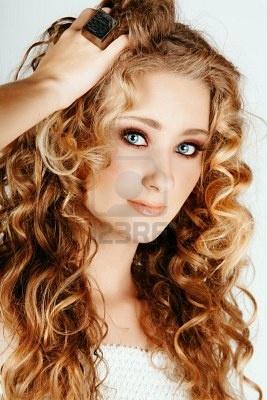 bella donna bionda fragola con gli occhi azzurri e capelli ricci