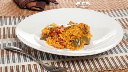 El cocinero Bruno Oteiza elabora una receta de arroz meloso de pollo campero y verduras al azafrán y pimentón.