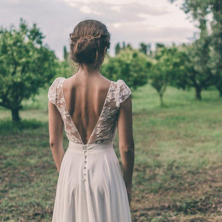 Böhmisches kurzärmeliges Brautkleid aus Spitze mit tiefem V-Rücken und Knöpfen. #heiraten