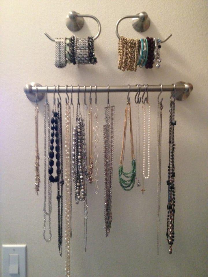 Um toalheiro e ganchos são úteis para pendurar colares e armazenar suas pulseiras, sem que eles fiquem embolados em uma caixa de jóias. Saiba como fazer isso aqui.
