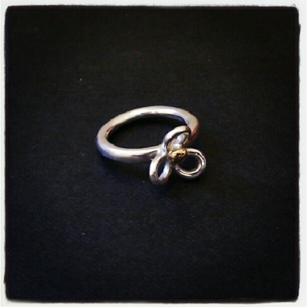 """The """"flower power""""-ring, sterling silver with gold."""