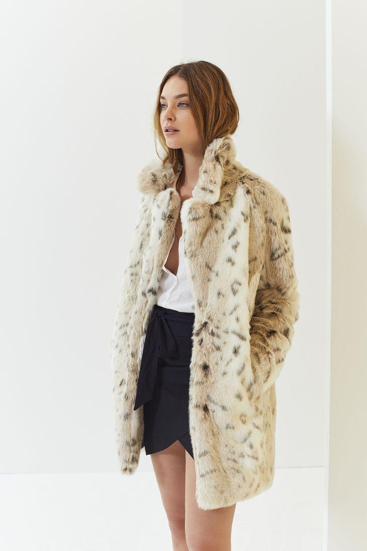 Manteau en fausse fourrure et jupe portefeuille noire IKKS Women, collection femme Automne/hiver 2017 #womenstyle #FW17