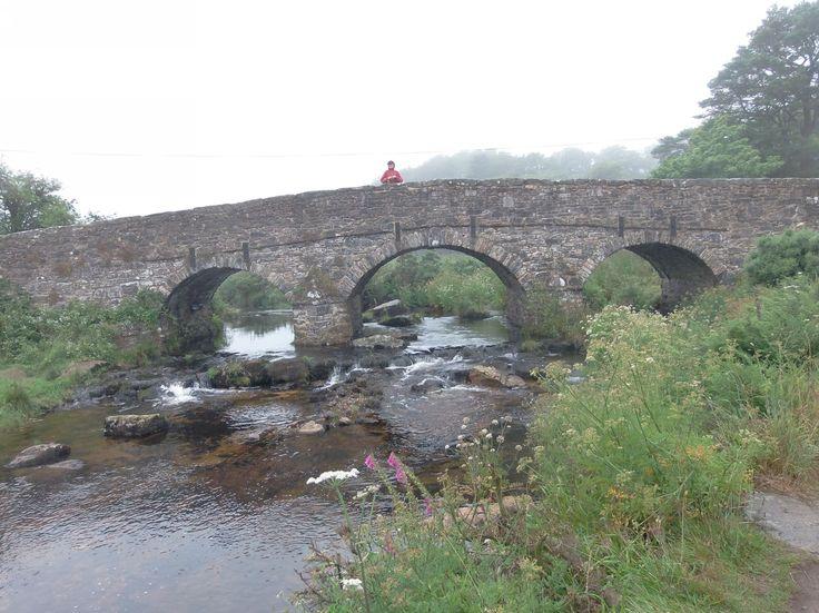 """Jedna ze dvou mostů """"Two Bridges"""" u Postbridge v Dartmoor National Park. Tady už začalo pršet. Takže už máme mlhu a déšť"""