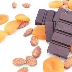 Chocolate 54% cacau com damasco e amêndoas - um detalhe, não tem açúcar, lactose nem glúten!