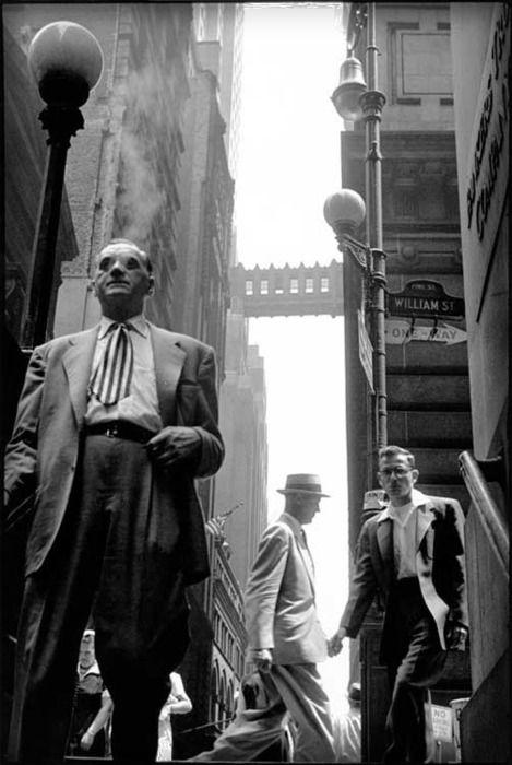New York City, by Leonard Freed, 1950s. Qué bella fotografía. Noten la pasarela en altura entre dos edificios. Por lo visto, una idea bien antigua que aún se usa en edificios de nuestro Santiago de Chile