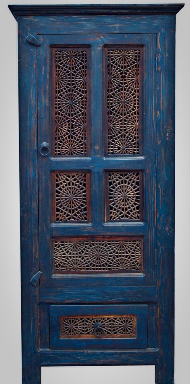 Love the spiraly pattern set into the doors. Maybe I can hack my ikea cabinet and put something like this into it