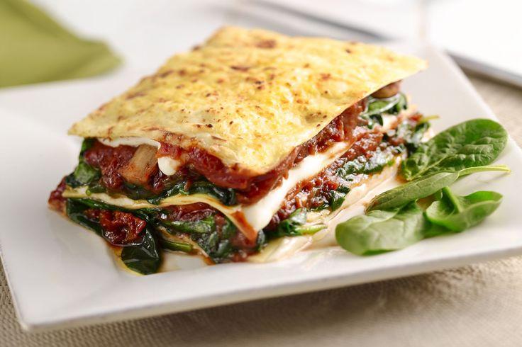 vegetarische lasagne, met spinazie, champignons en tomaat.