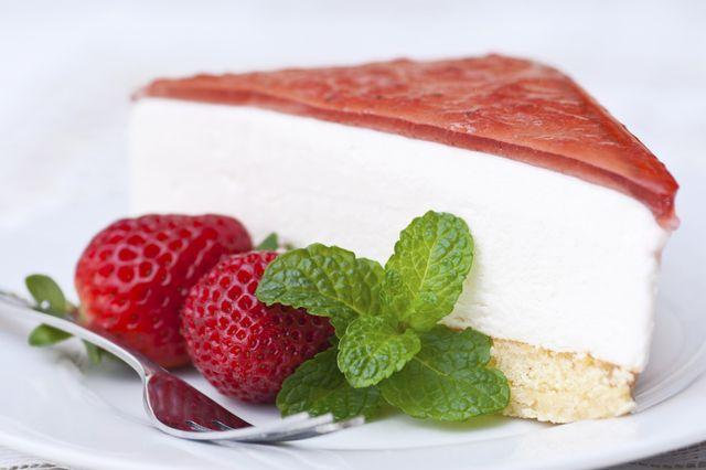Postre de gelatina de fresa, crema batida y galletitas