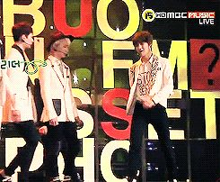Onew tripping Taemin