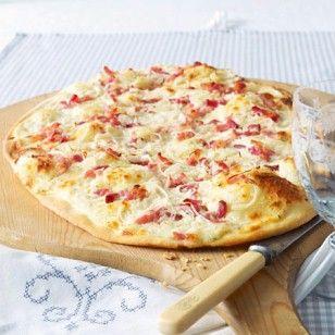 Einfacher Brotteig, Schmandcreme, Zwiebeln und geräucherter Speck - unser Flammkuchen-Rezept erklärt, wie die Spezialität aus dem Elsass zubereitet wird.
