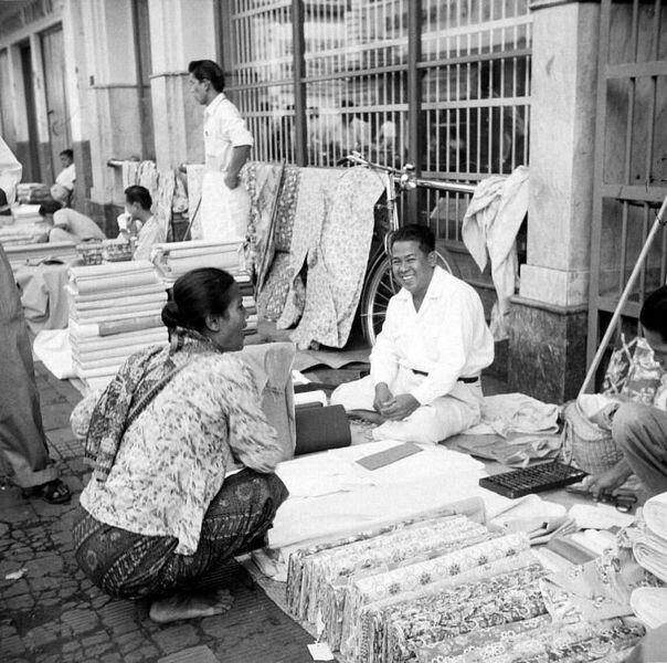 Verkoop van textiel langs de Djalan Raja Bandoeng 1931.