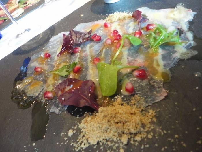 Carpaccio di sarago con salsa ai fichi d'India e ostrica con granita alla menta. Presso ristorante Umami