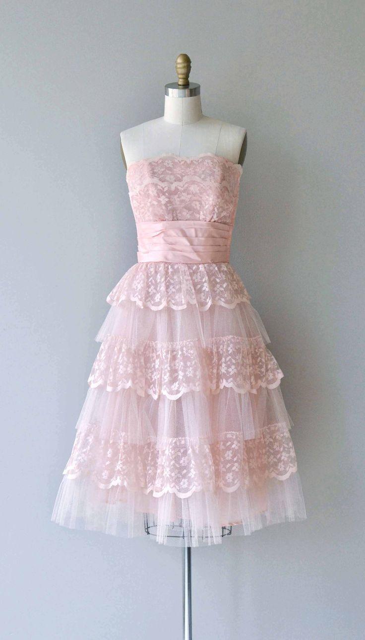 Vintage jaren 1950 petal roze kant partij jurk met strapless doorverbonden bodice, cummerbund verpakt taille, volledige rok met gelaagde lagen van kant en Tule laag en metalen rits.  ---M E EEN S U R E M E N T S---  past zoals: xs Bust: 32 Taille: 25 Hip: gratis lengte: 38 merk/maker: n/b voorwaarde: uitstekend  om te zorgen voor een goede pasvorm, lees de gids van de grootte: http://www.etsy.com/shop/DearGolden/policy  ✩ layaway is beschikbaar voor dit obj...
