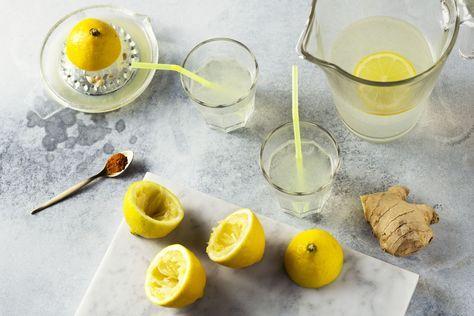 Iets te veel gegeten tijdens de feestdagen? Ontdek ons recept om te detoxen met een heerlijke limonade, met gember, citroen, kruidnagel en groene thee.