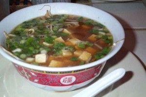De chinese kippensoep is een wat zoetere variant kippensoep, een lekkere afwisseling. Lees hier het recept van de kipsoep.
