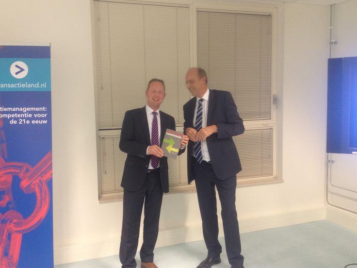 Op het seminar 'Waardevolle verbindingen' overhandigde Nanko Boerma zijn boek aan Marcel Wilkens, directeur filiaal Amstelveen van Peugeot-van Mosselgroep. #nankoboerma #waardevolleverbindingen #futurouitgevers